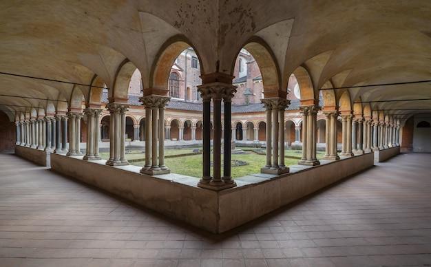 Mooie opname van kloostergangen en een binnenplaats