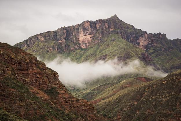 Mooie opname van rotsachtige bergen onder de bewolkte hemel