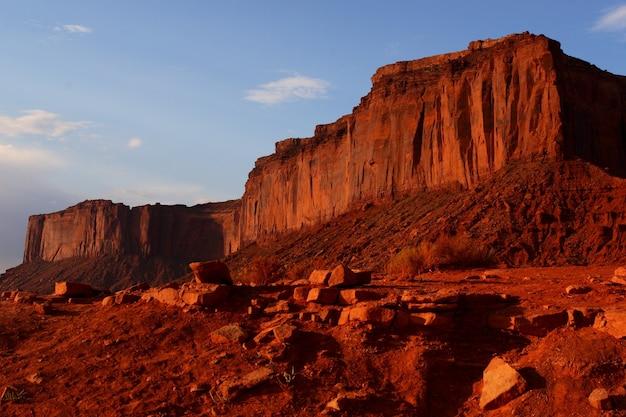 Mooie opname van zandstenen rotsformaties in de oljato-monument valley in utah, vs