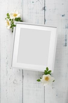 Mooie opstelling van lentebloemen van wilde roos. leeg frame voor tekst, gele wilde roze bloem op witte achtergrond. valentijnsdag, pasen, 8 maart, happy women's day. plat lag, bovenaanzicht.