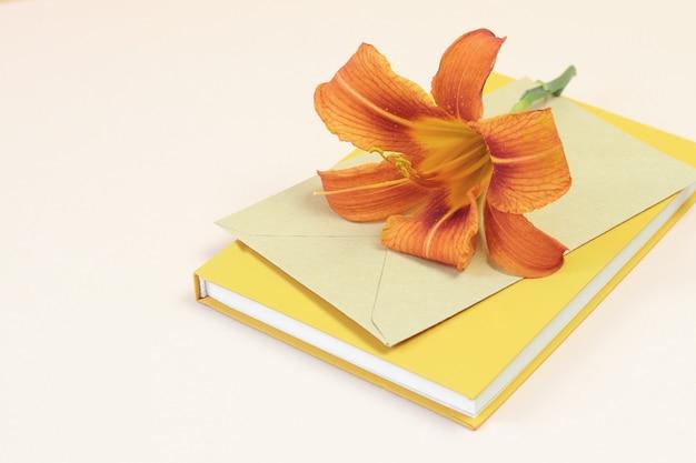 Mooie oranje bloem op de envelop