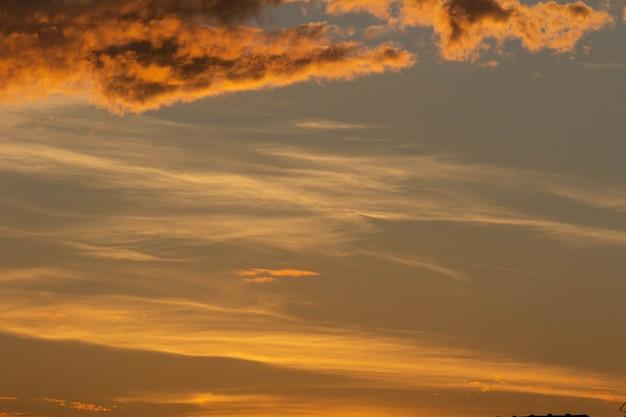 Mooie oranje lucht met wolken