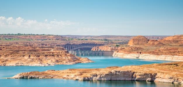 Mooie oranje rotsformatie bij lake powell en glen canyon dam in de glen canyon national recreation area desert van arizona en utah, verenigde staten