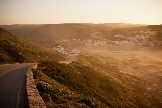 Mooie oranje zonsondergang aan de oceaankust van portugal. horizontaal schot