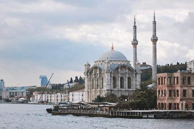 Mooie ortakoy-moskee gezien vanaf de bosporus. de moskee is in de 19e eeuw gebouwd door sultan abdulmecid. istanbul, turkije
