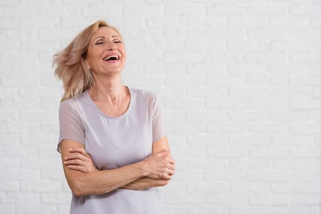 Mooie oude dame die geluk uitdrukt