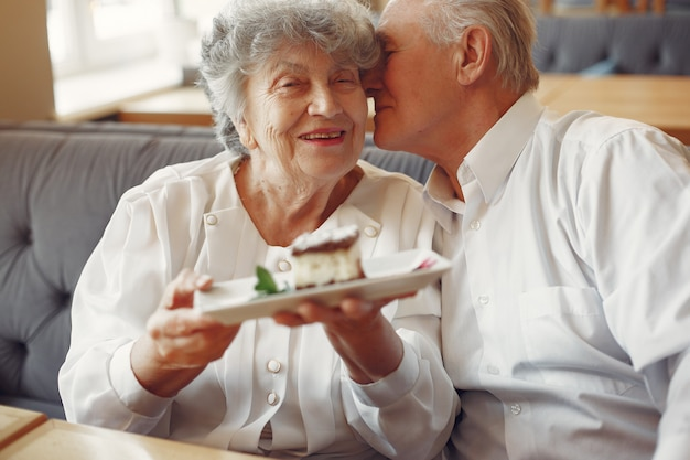 Mooie oude paar zitten in een café