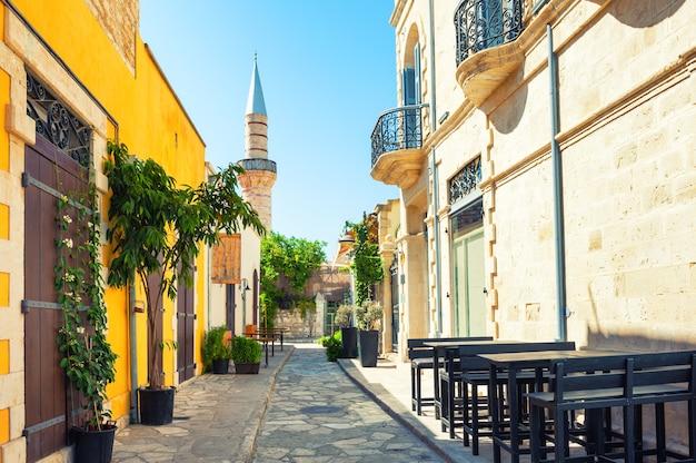 Mooie oude straat in limassol, cyprus. reizen en vakantie