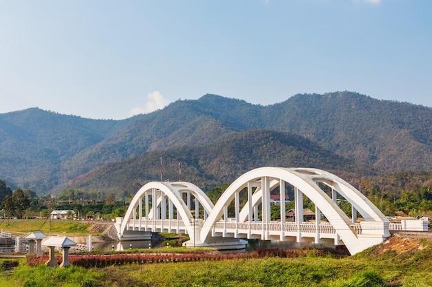 Mooie oude witte spoorwegbrug in thailand.