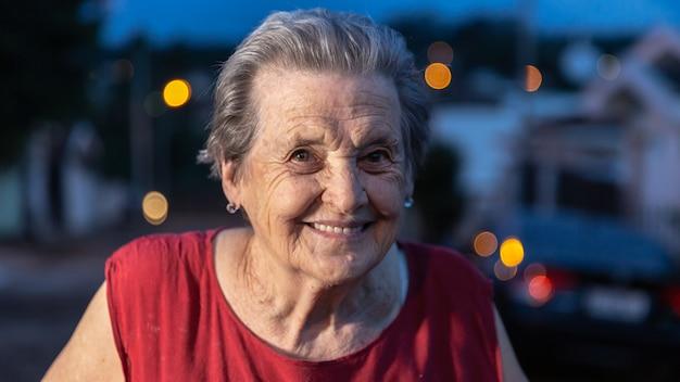 Mooie oudere en vrouw die lacht glimlacht. glimlachende bejaarde.