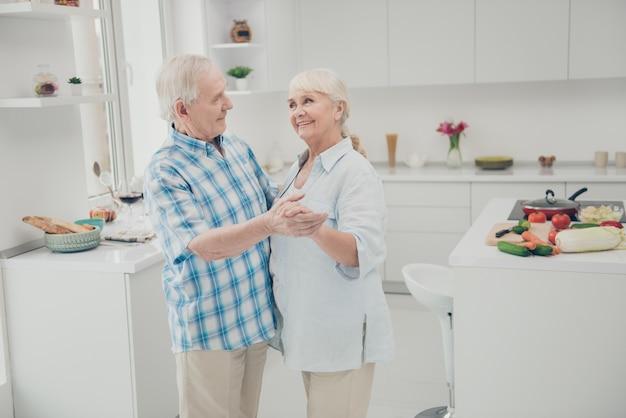 Mooie oudere paar poseren samen binnenshuis