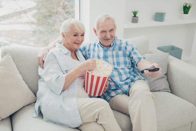 Mooie oudere paar poseren samen op de bank
