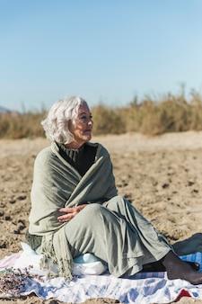 Mooie oudere vrouw die weg kijkt