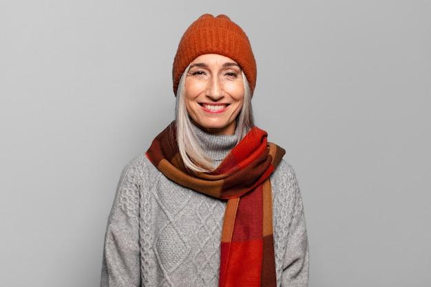 Mooie oudere vrouw die winterkleren draagt