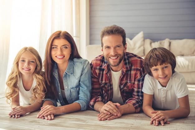 Mooie ouders en hun kinderen kijken naar de camera