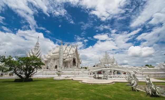 Mooie overladen witte tempel die in chiang rai noordelijk thailand wordt gevestigd