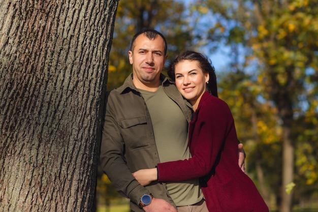 Mooie paar plezier samen in de natuur. vriend knuffelen zijn vriendin. vakantie, liefde, reizen, toerisme, relatie en dating concept.