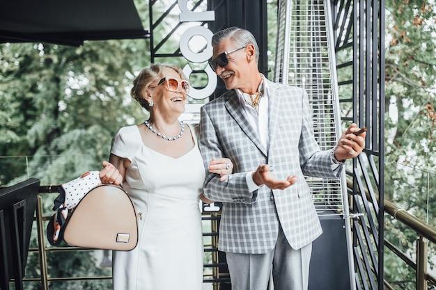 Mooie paar senioren glimlachend in het café en ogen kijken