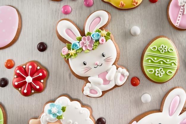 Mooie paaskoekjes versierd met kleurrijke suikerglazuur