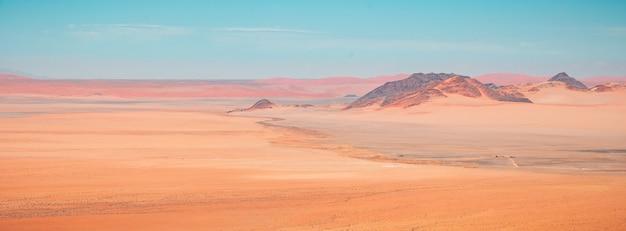 Mooie panoramische hoge hoek die van de woestijnbergen van namib in kanaan, namibië is ontsproten