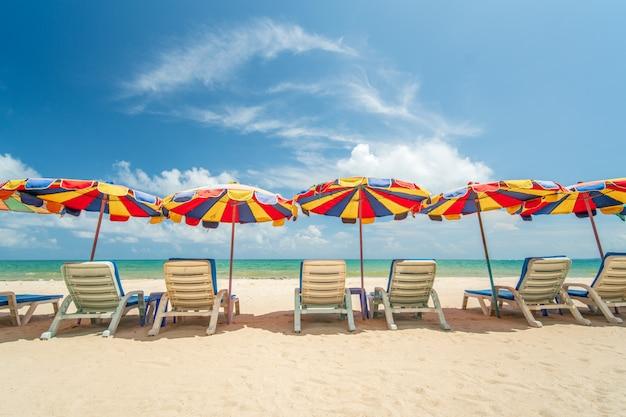 Mooie paraplu bij wit zandstrand phuket, thailand