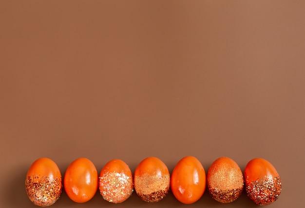 Mooie pasen-achtergrond met oranje decoratieve eieren.