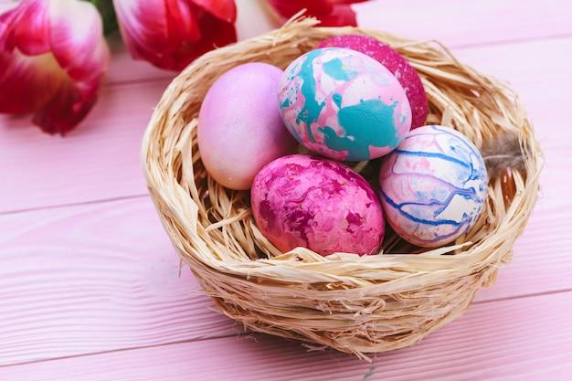 Mooie pasen-samenstelling met verfraaide eieren en bloemen