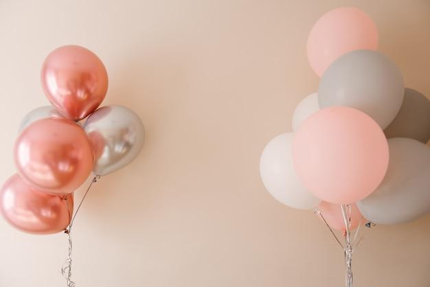 Mooie pastel achtergrond met roze ballonnen. concept van geluk, liefde, bruiloft.