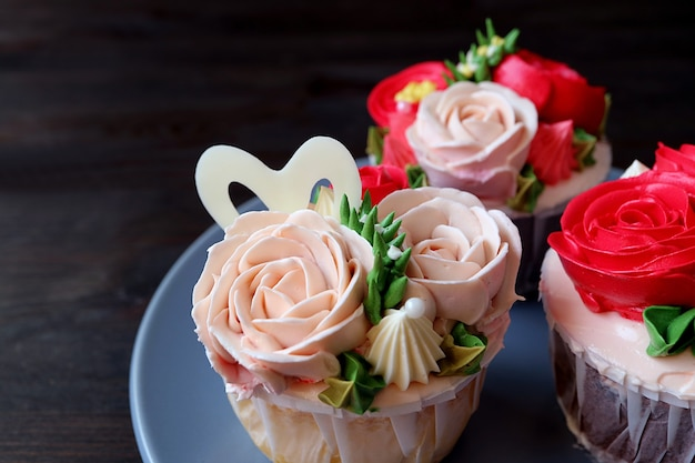 Mooie pastel roze roos glazuur cupcake op een bord