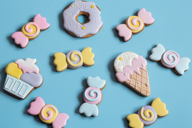 Mooie peperkoekkoekjes voor een kinderfeestje in de vorm van snoep en snoep, plat gelegd.