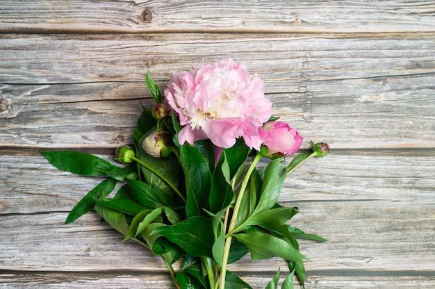 Mooie pioenen bloemen op een houten oppervlak