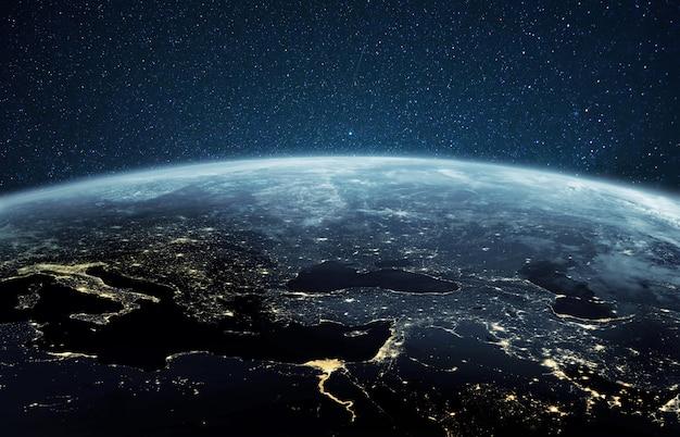Mooie planeet aarde met nacht stadslichten. europa en afrika 's nachts bekeken vanuit de ruimte met stadslichten