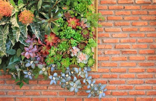 Mooie plastic bloem in frame decoratie op bakstenen muur achtergrond.