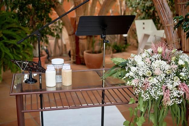 Mooie plek voor de huwelijksceremonie met bloemen en decoraties.
