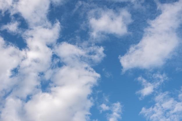 Mooie pluizige cumuluswolken in de blauwe lucht. perfecte achtergrond van blauwe lucht en witte wolken voor uw foto's, ontwerplay-out.
