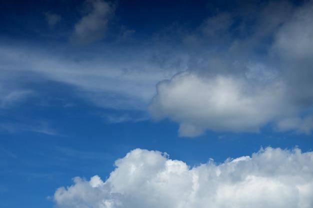 Mooie pluizige witte wolken tegen de blauwe lucht