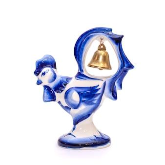 Mooie porseleinen haan met een bel in blauwe en witte gzhel-stijl op een witte geïsoleerde achtergrond