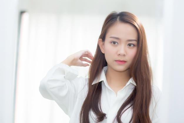 Mooie portret aziatische vrouw die met gezicht en glimlach onderzoekt