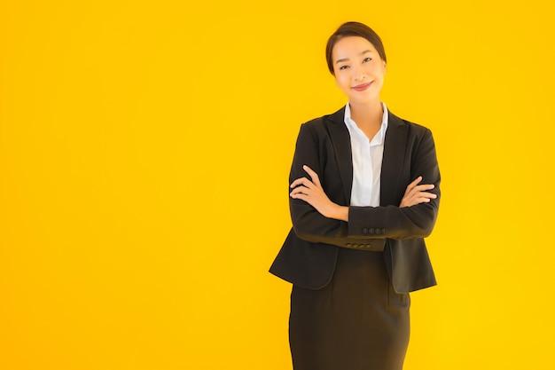 Mooie portret jonge bedrijfs aziatische vrouwen gelukkige glimlach