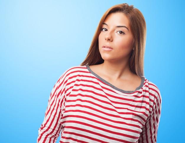 Mooie poseren vrouw op een blauwe backround
