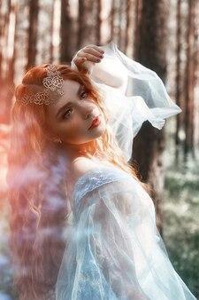 Mooie redhead vrouw bosnimf in een blauw