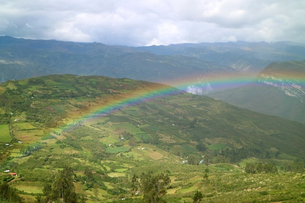 Mooie regenboog over de lagere mening van het bergtopdorp van de oude citadel van kuelap, noordelijk peru