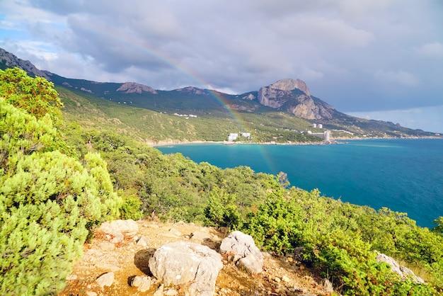 Mooie regenboog over een baai van laspi
