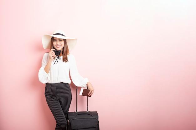 Mooie reiziger vrouw is spannend in roze