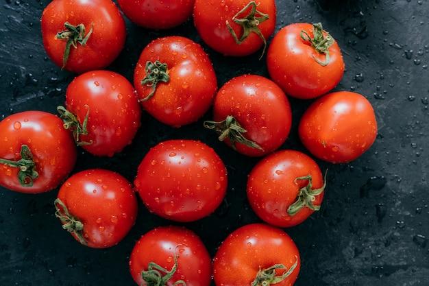 Mooie rijpe verse rode tomaten gegroeid in kas.
