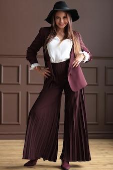 Mooie rijpe vrouw poseren met mode kleding