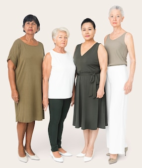 Mooie rijpe vrouwen in vrijetijdskleding studio portret full body