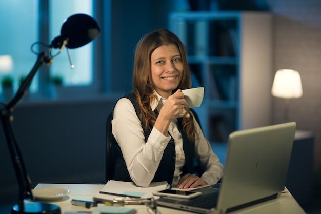 Mooie rijpe zakenvrouw, workaholic, moe van het werken op kantoor tot 's nachts op overwerk