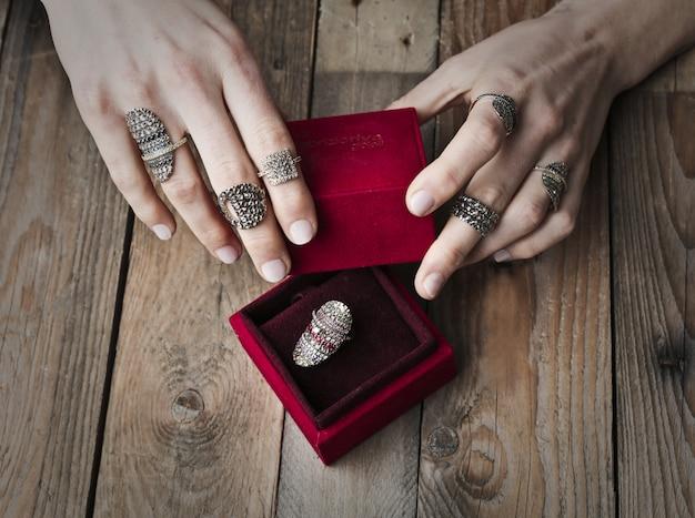 Mooie ring in een rode doos