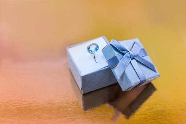 Mooie ring met topaas in geschenkdoos close-up
